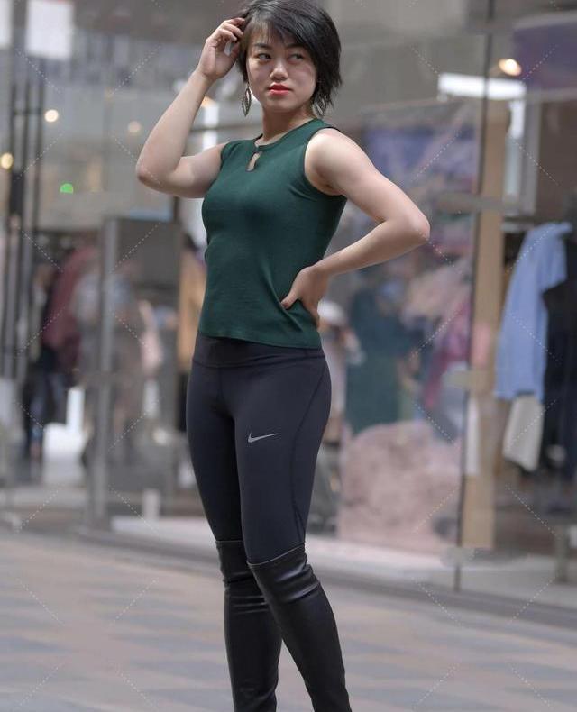 深绿色镂空背心搭配运动裤,时尚经典,充满清凉感