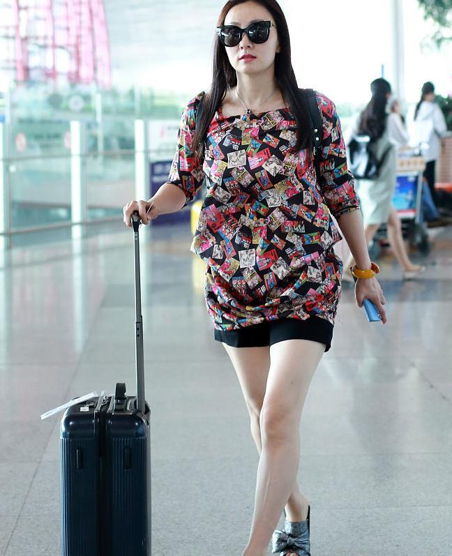 陶虹穿廉价花衣服走机场,搭短裤修饰腿型,素人都不会这么搭配!