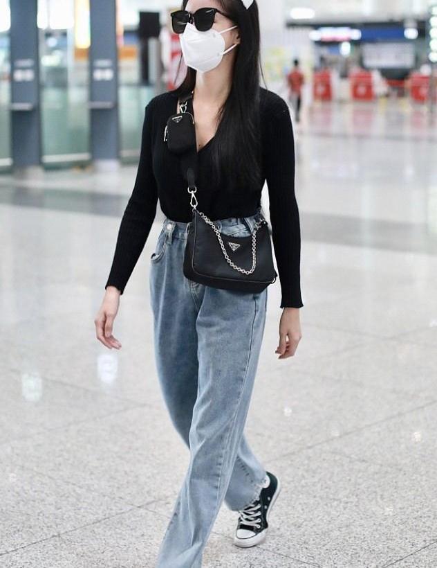 蔡卓宜街拍:针织开衫老爹牛仔裤 Prada三合一尼龙包时髦酷范儿