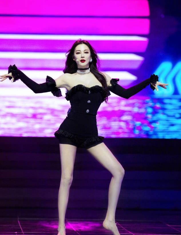 张雨绮综艺新造型,身穿黑色套装光脚热舞,绮绮子也太性感了吧