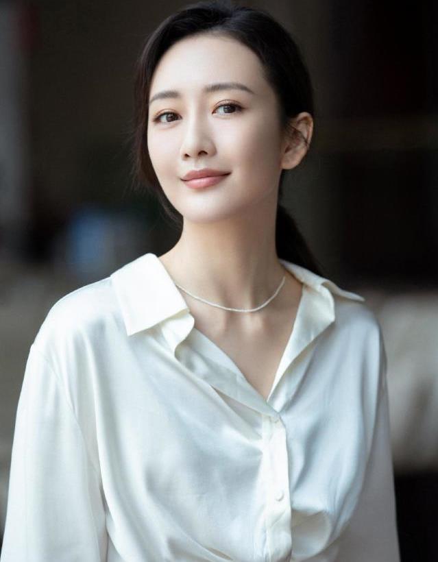 王鸥白衬衫优雅写真,很符合她的知性气质!