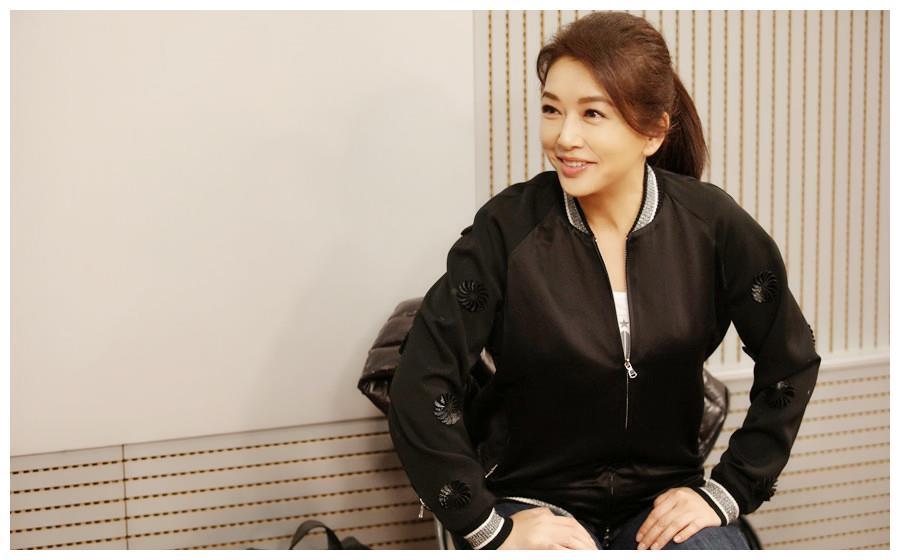 53岁江珊近照曝光,37岁丈夫比前男友靳东还帅,女儿也很满意?