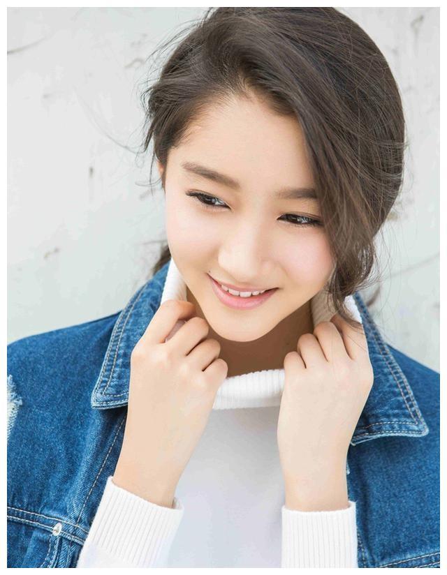 邓恩熙年轻时成名,14岁则以优雅的服饰成为女一号