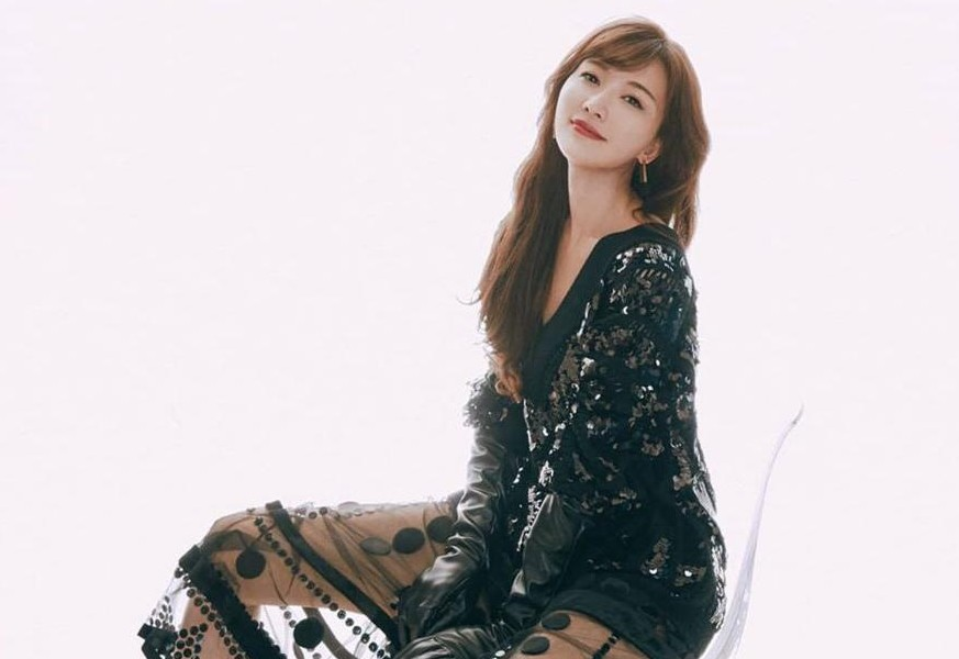 林志玲不愧是模特!黑色亮片上衣配透视裙超有范儿,一双美腿吸睛
