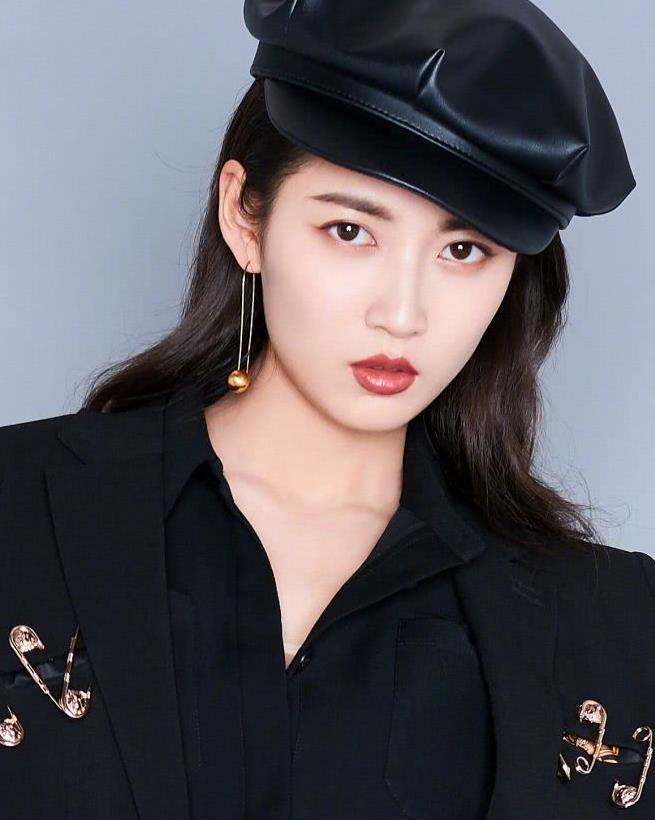 陈钰琪的潮搭不简单,黑色贝雷帽配上黑色小西装,这也太酷了吧