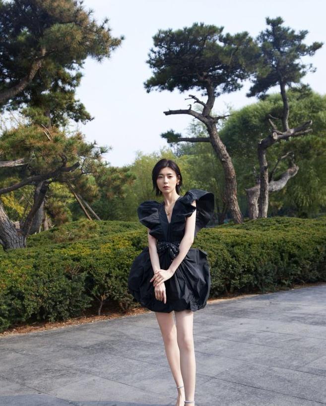 卢杉穿黑色系礼服太显身材,腿长1米5的节奏