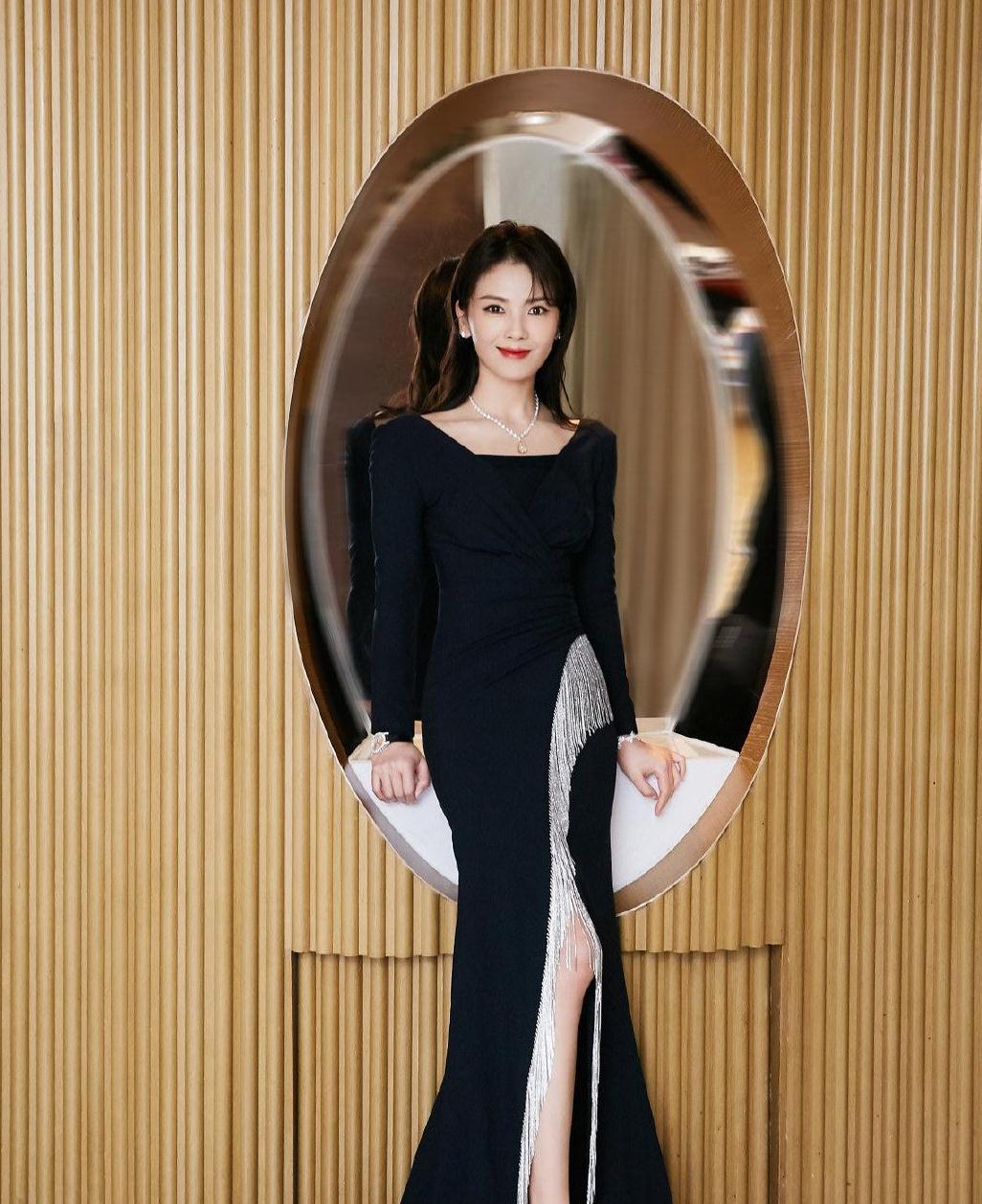 刘涛衣品真不错,黑色礼服裙点缀银色流苏,时尚优雅高级范十足
