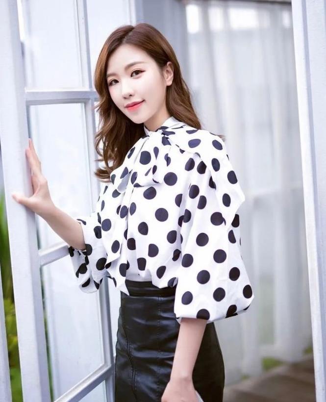 美图:波点蝴蝶结上衣搭配高腰皮裙的长发优雅女生