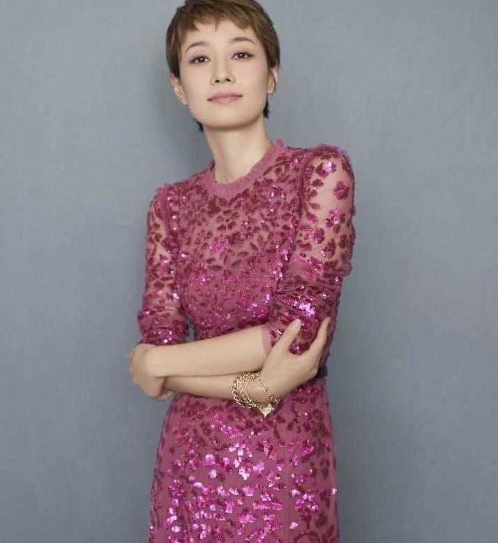 马伊琍高调起来真美,穿玫红色亮片连衣裙精致高级,气质开挂了