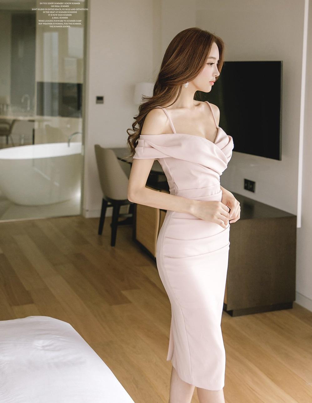 露肩吊带连衣裙,娴静优雅