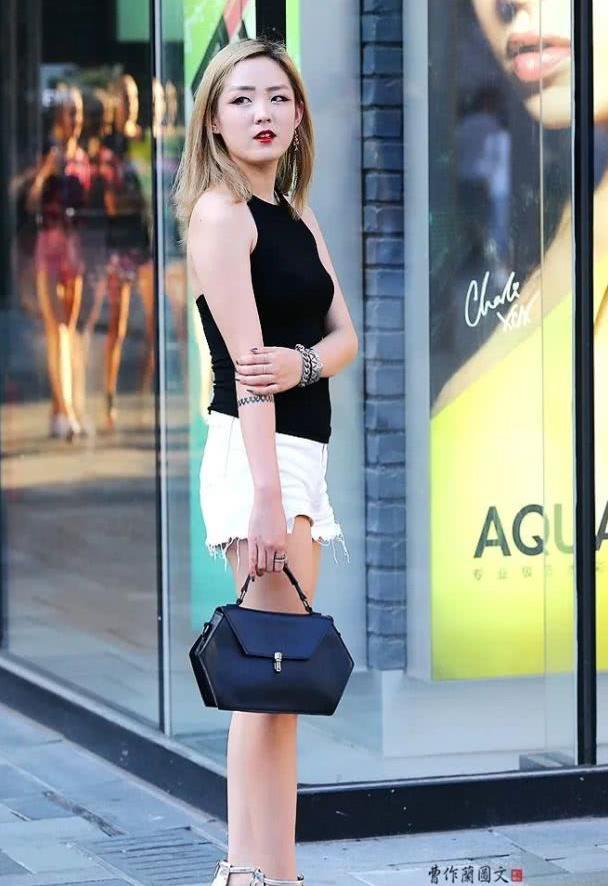 街拍:美女穿经典黑白配,鞋子很重要