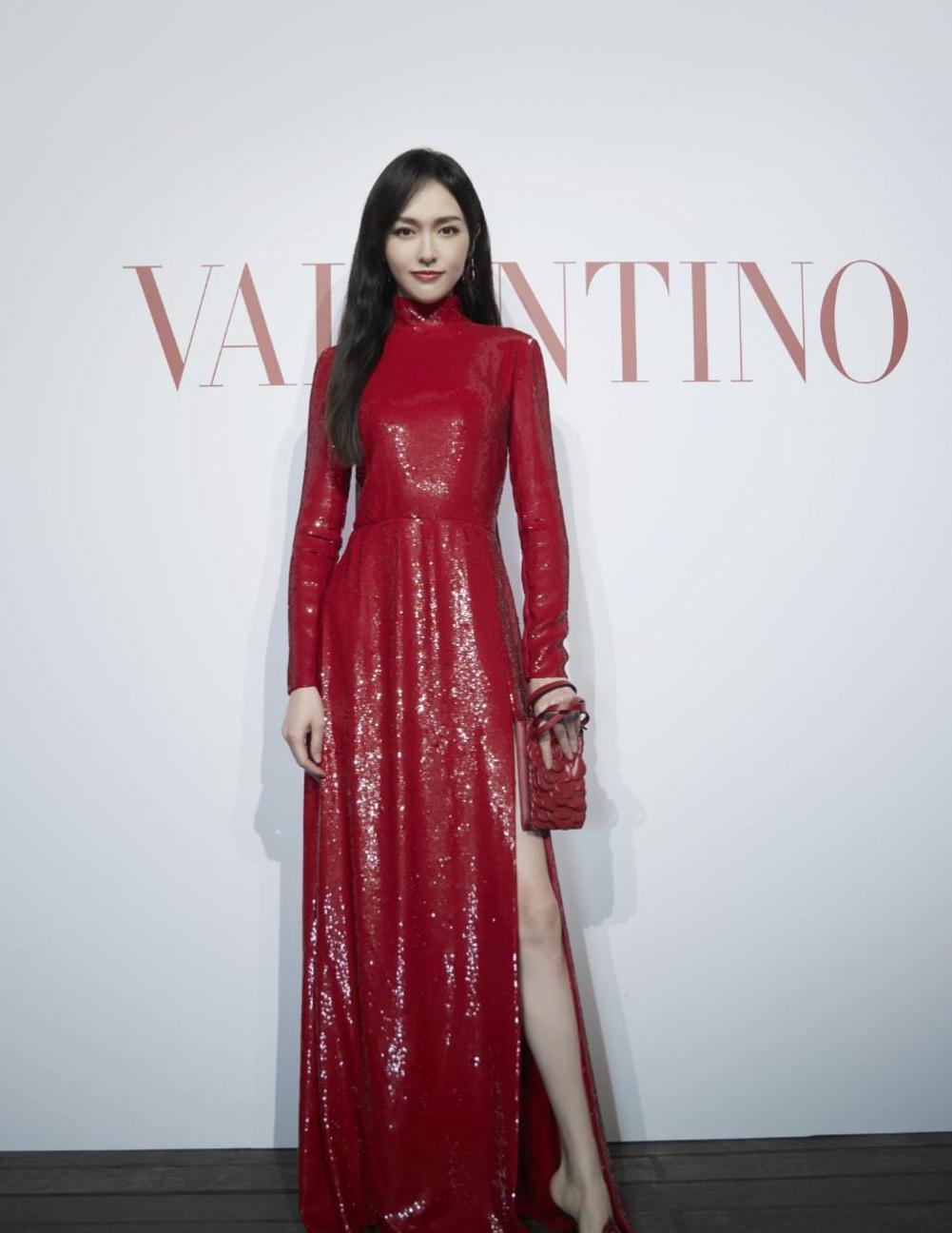唐嫣出席品牌时装秀,红色亮片裙精致优雅,高开叉设计大长腿抢镜