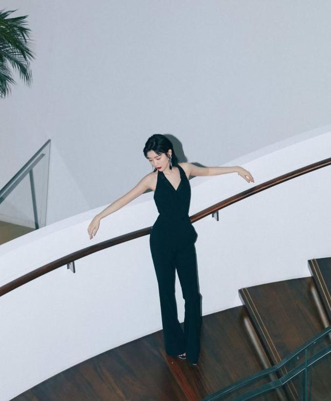 毛晓彤穿黑色套装是超显瘦,体重有80斤吗?
