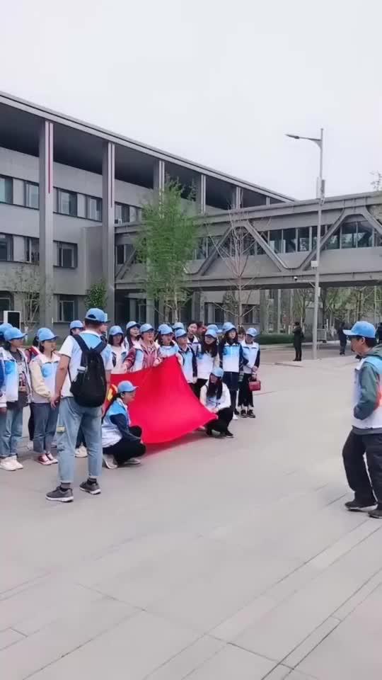 河北大学的学生开学就来雄安新区参观一个个生龙活虎