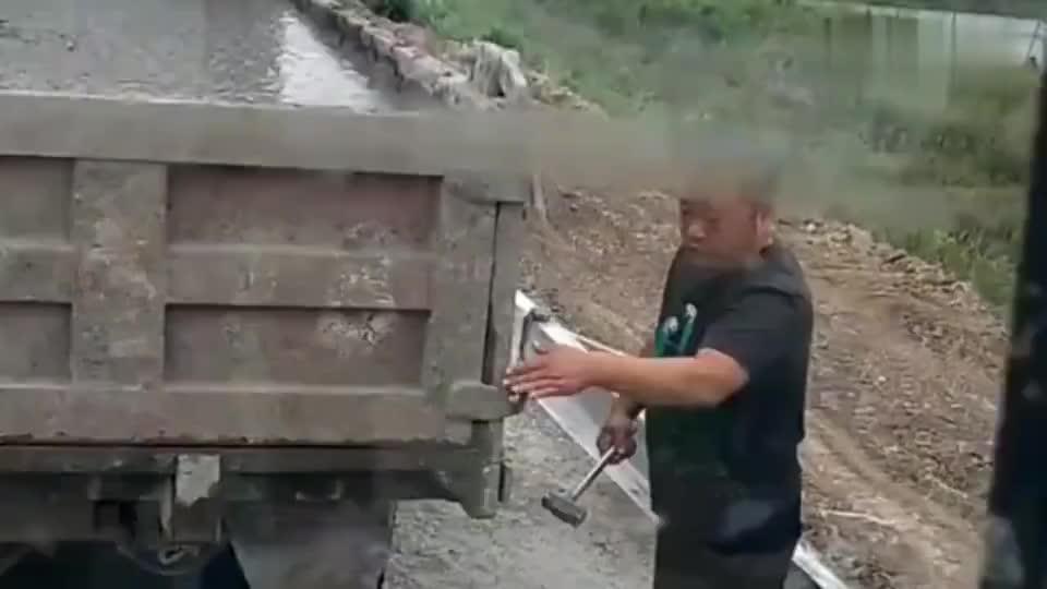 卸车真逗水泥都凝固了你成功的把货箱车改成平板车