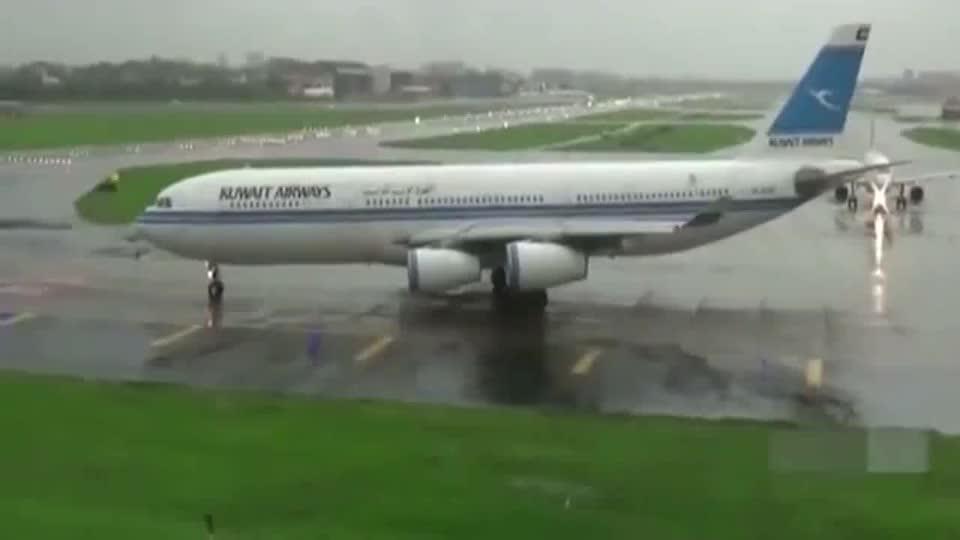 空客A340雨中湿滑跑道起飞佩服轮胎的抓地力