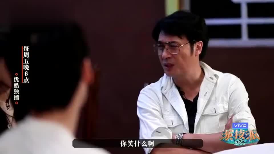 """吴镇宇""""黑脸""""训斥众演员 怒摔盘子吓哭小花"""