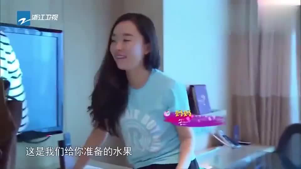 霍思燕杜江当场秀恩爱,忽略了角落里的嗯哼,这是亲生的没错!