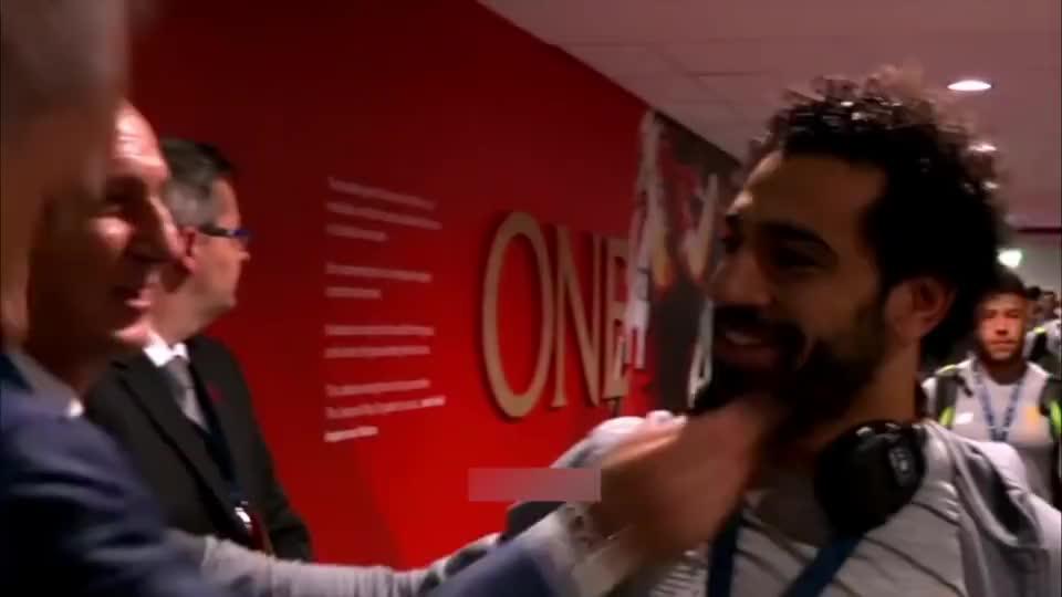 就是这场比赛,萨拉赫靠个人力挽狂澜,得到全场球迷的尊敬