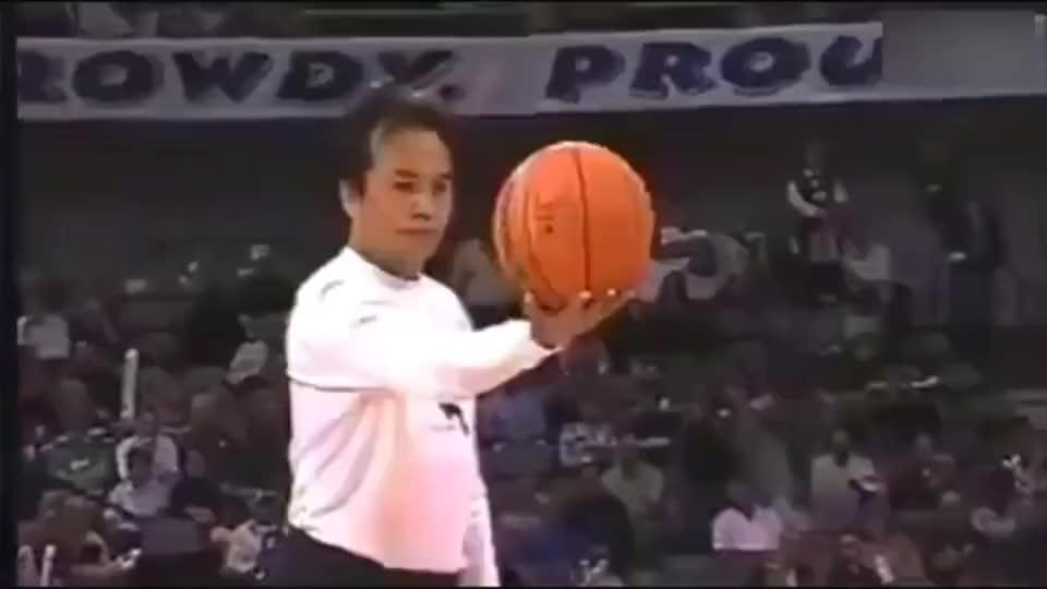托尼贾的真功夫, ,腾空踢飞3.5米篮球,甄子丹李连杰都做不到