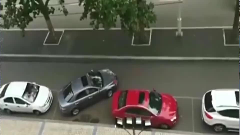 停车位上遇见高手,没有10年车龄办不到!