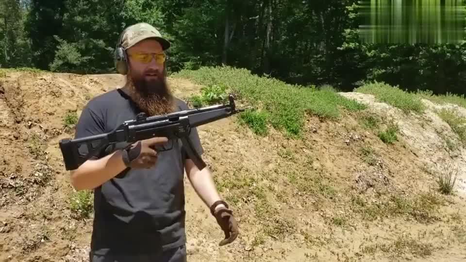 冲锋枪靶场射击评测,老外这姿势很标准!