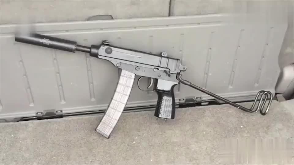 吃鸡中的新枪蝎式冲锋枪在安装消音器之后,声音听起来玩具呢