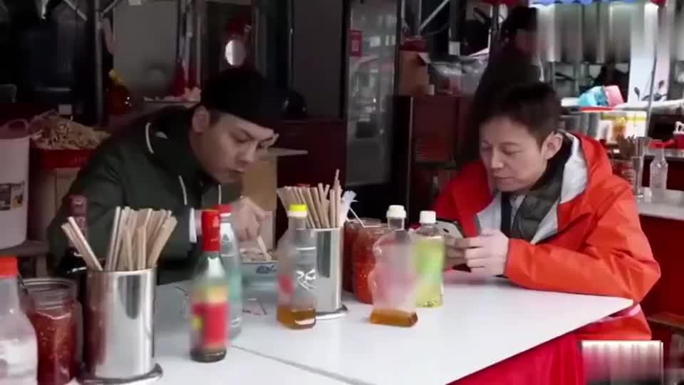 陈伟霆在小摊上吃完粉,不忘帮老板娘收拾干净,这素养一目了然!