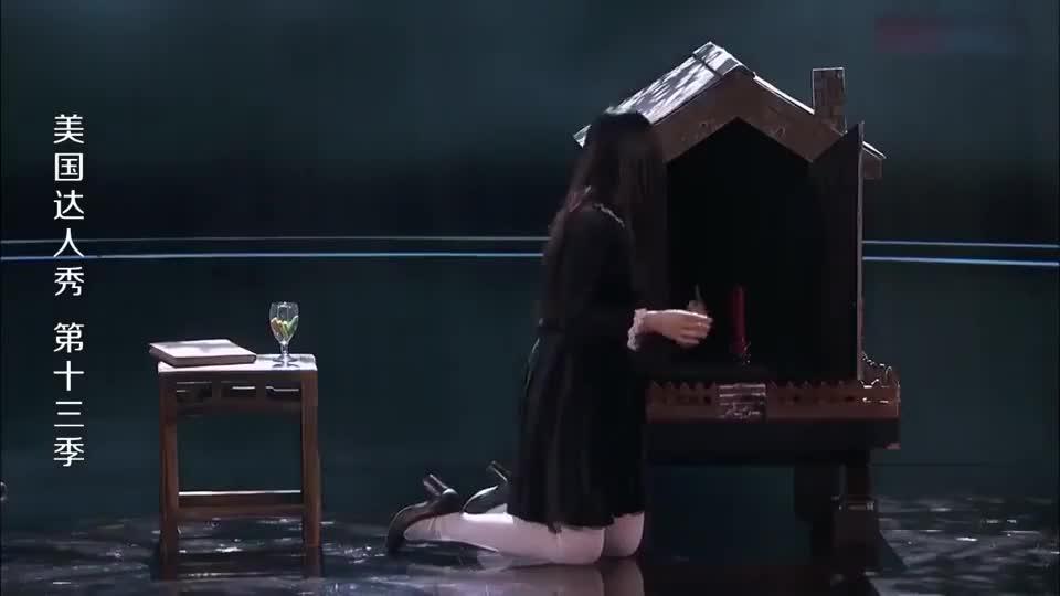 美国达人秀:女巫师台上召唤分身,评委急忙轰她下台,观众也吓坏