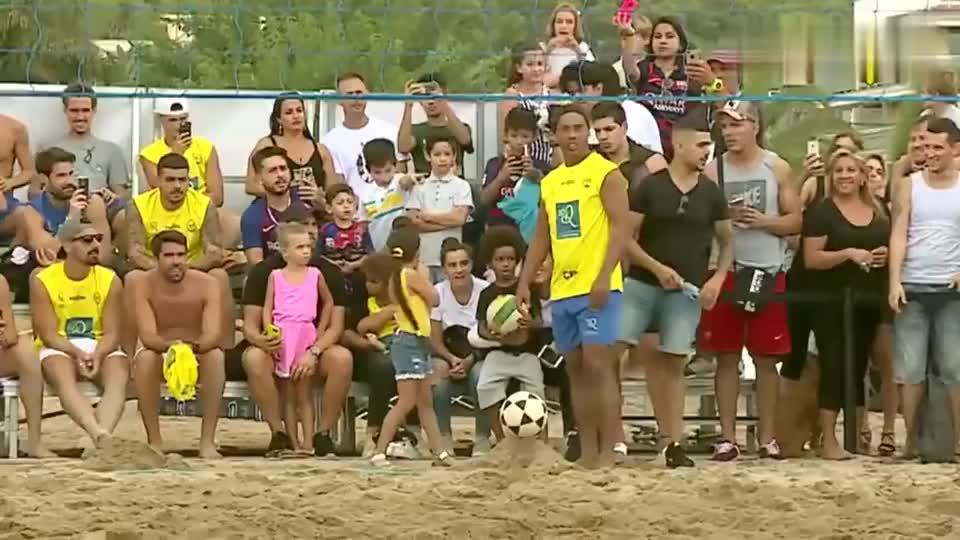 小罗沙滩足排球显露球技,头球超级精准