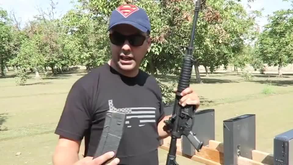AR-15步枪和AK47谁的威力更大?老外大胆尝试,结果出人意料!