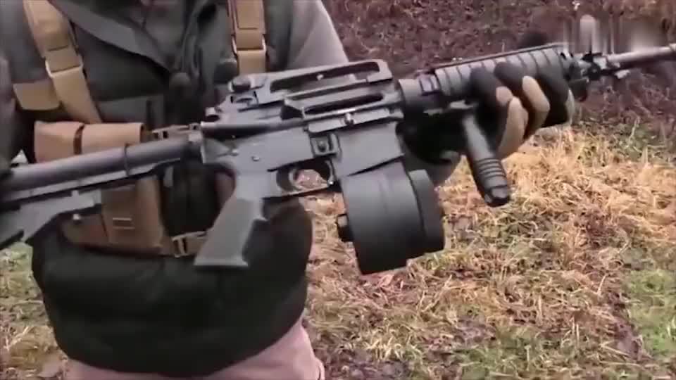 AR15步枪射击,后座力甩AK几条街,稳定性高,比95强多了
