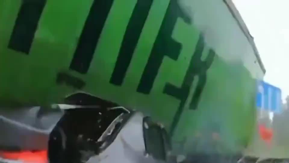 行车记录仪:惨烈车祸瞬间,当场撞成渣渣,监控拍下惊魂一幕!