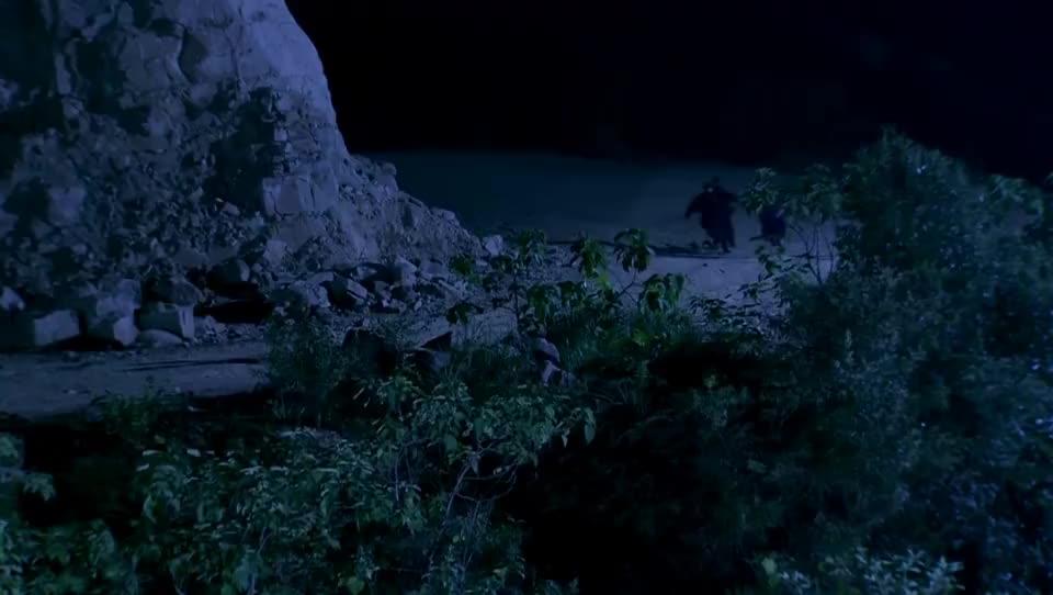 二娘被逼无路,当场跳下悬崖,也不让敌人得逞