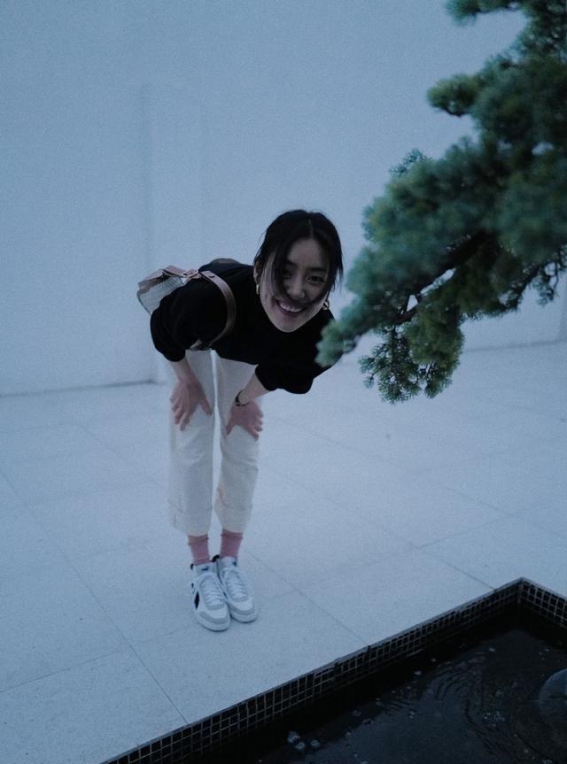 刘雯全新私服上线,黑色高领毛衣搭配白色牛仔裤