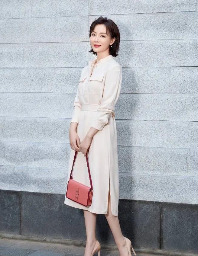 熟女时髦穿搭有两个关键点,一是简约性,另一个是质感