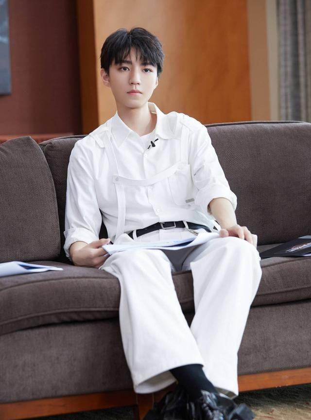 王俊凯自制PPT汇报工作 8G少年在线冲浪解释网络热词