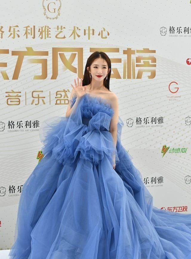 孟美岐出席27届东方风云榜,身穿蓝色纱裙梦幻仙女!