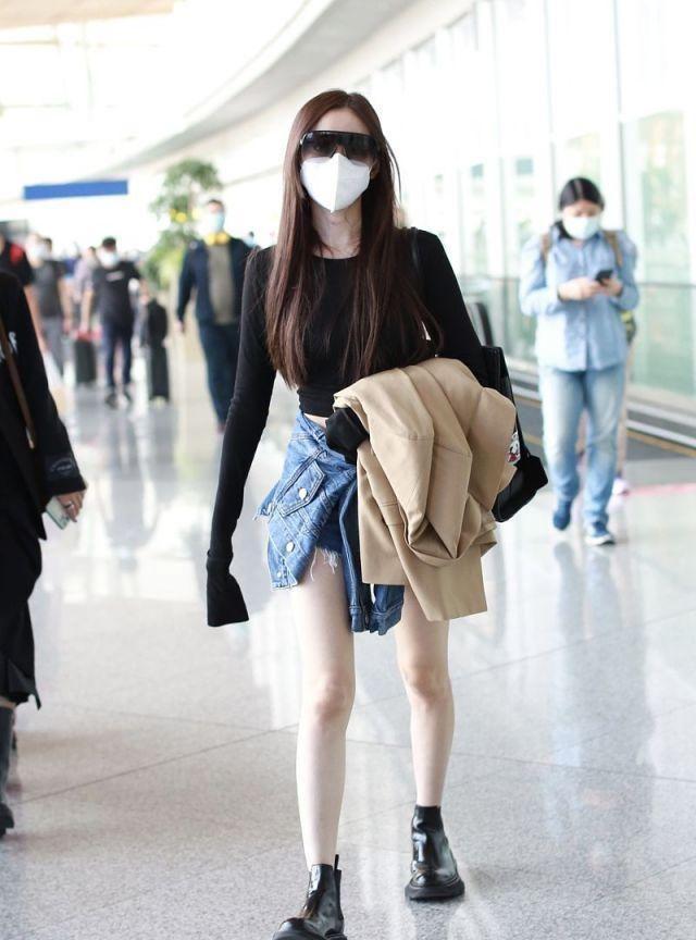 张天爱机场初秋秀美腿不怕冷风,穿热裤抱外套搭机造型潇洒