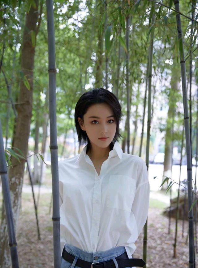 明星图集:张馨予身穿白衬衫、牛仔裤,简约率性,恬静清纯