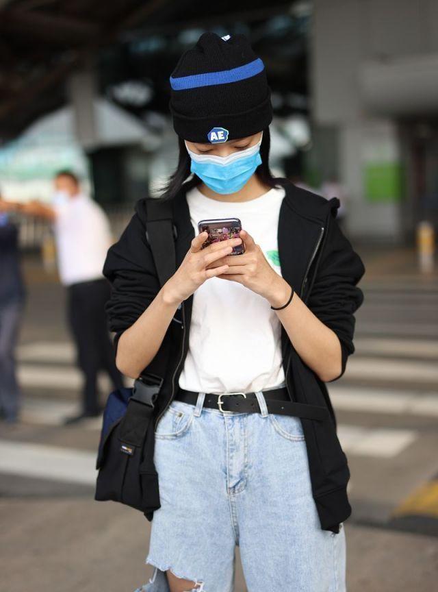 庄达菲黑色毛衣开衫配蓝色牛仔裤造型清爽,戴毛线帽乖巧可爱