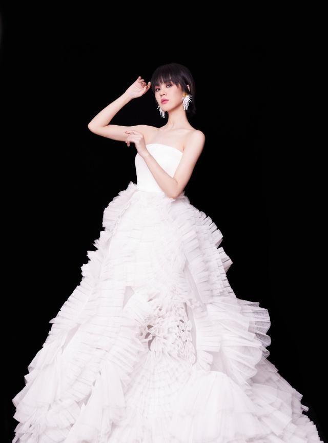 组图:郁可唯身着白色抹胸纱裙,人美歌甜超温柔