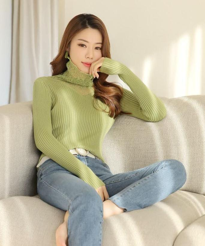 水果绿色透视蕾丝宽松高领针织衫,搭配蓝色牛仔,时髦洋气