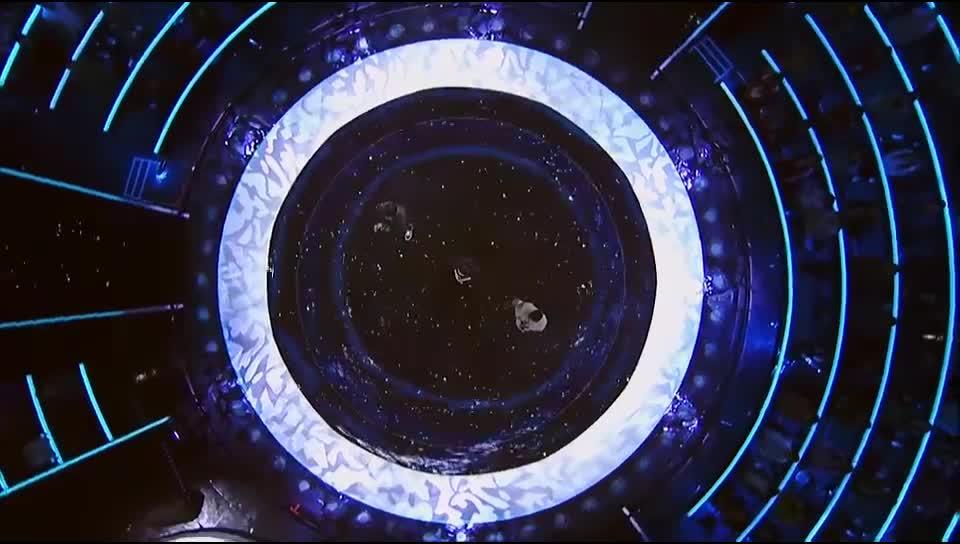 羽泉组合和潘婷共同演唱《海阔天空》,配合默契嗨翻全场