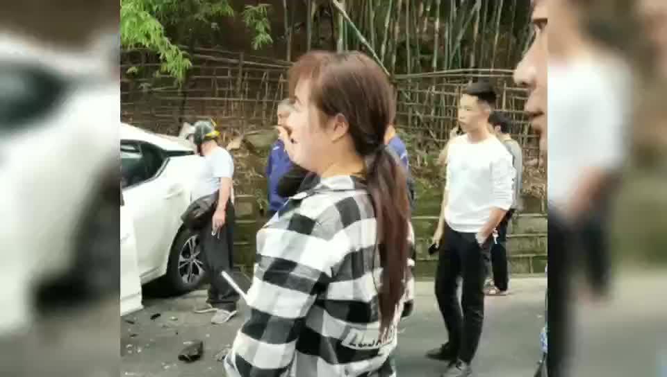 近日泸州市发生一起交通事故,小轿车撞上大货车