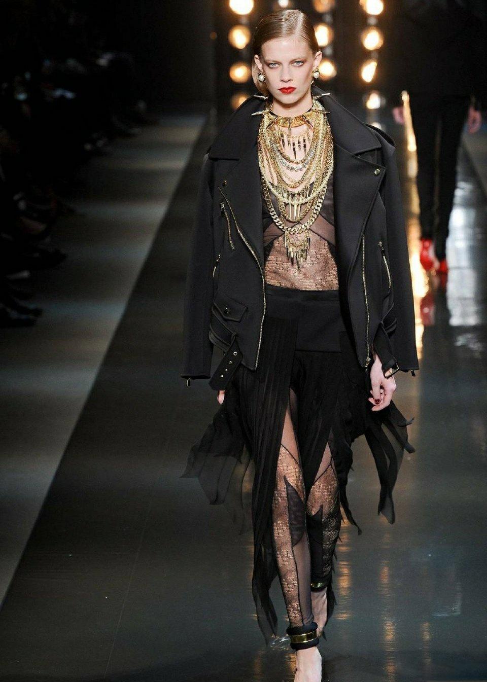酷飒礼裙利落的线条和完美的工艺,愈发觉得性感魅惑