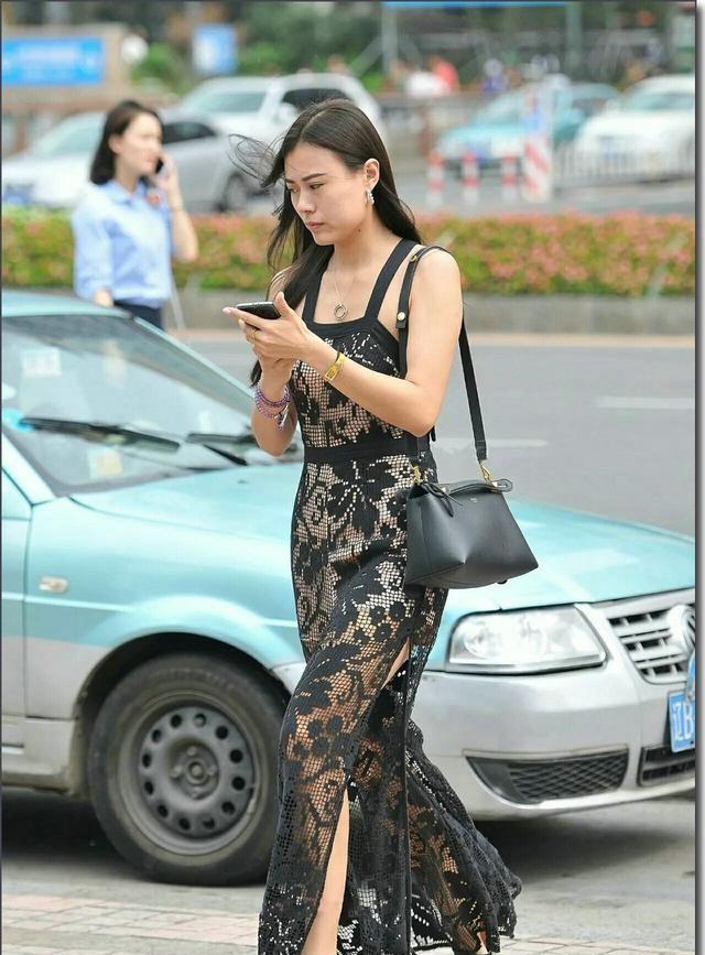 街拍:紧身裙无疑是凸显身材最好的法宝,谁穿谁美,回头率爆棚