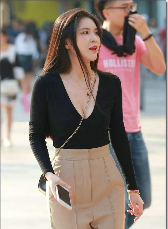 街拍:美女黑色的低胸装搭配休闲裤