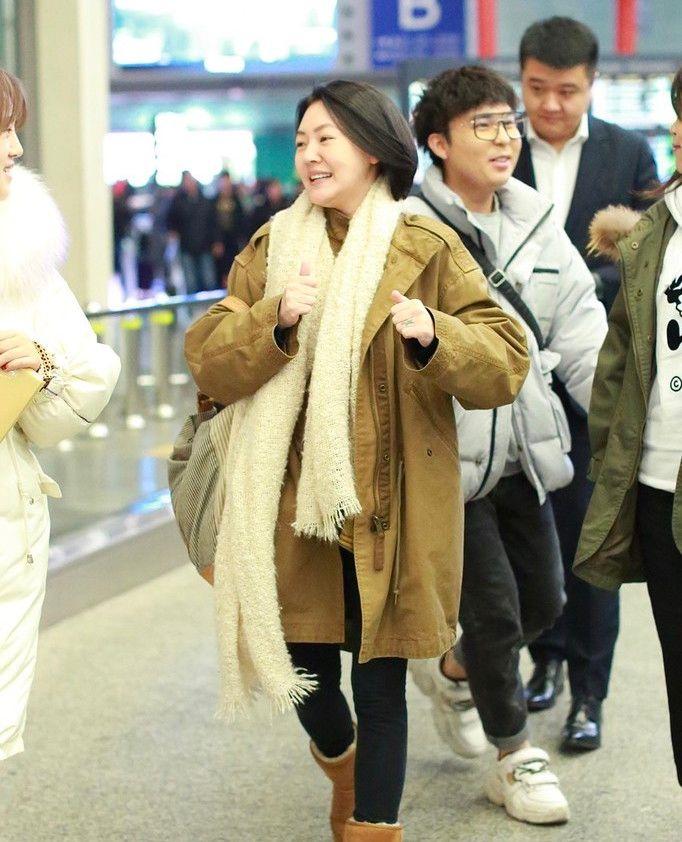 小S军装外套配厚围巾保暖十足 表情丰富 各种浮夸搞怪