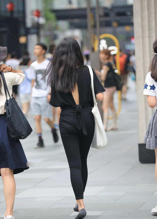 V领宽松上衣搭配健美裤,秀出曲线同时,更显清新时尚